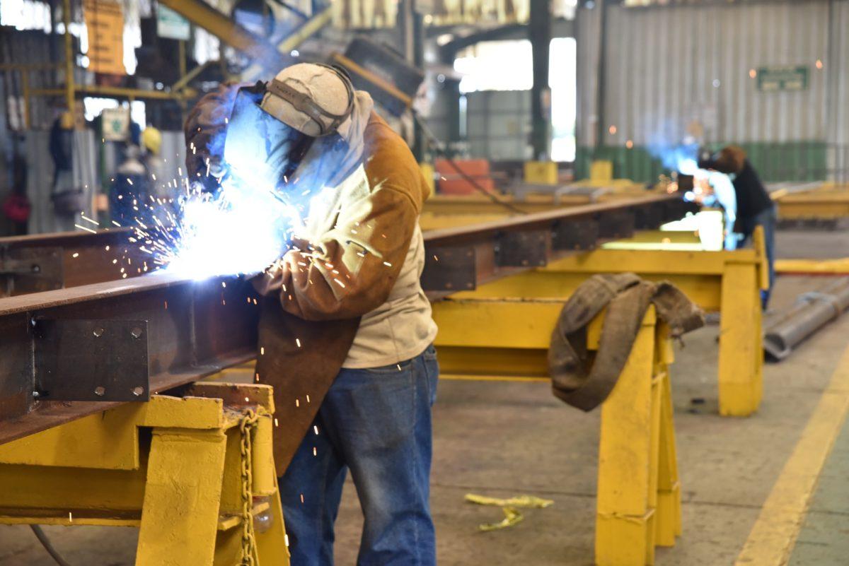 Ein Metallhersteller möchte Arbeitsunfälle verhindern. Das Unternehmen schult die Verantwortlichen zu Gesundheit und Sicherheit am Arbeitsplatz.
